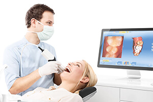 dentist mapping patients teeth with dental software