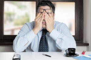 man struggling to stay awake from sleep apnea